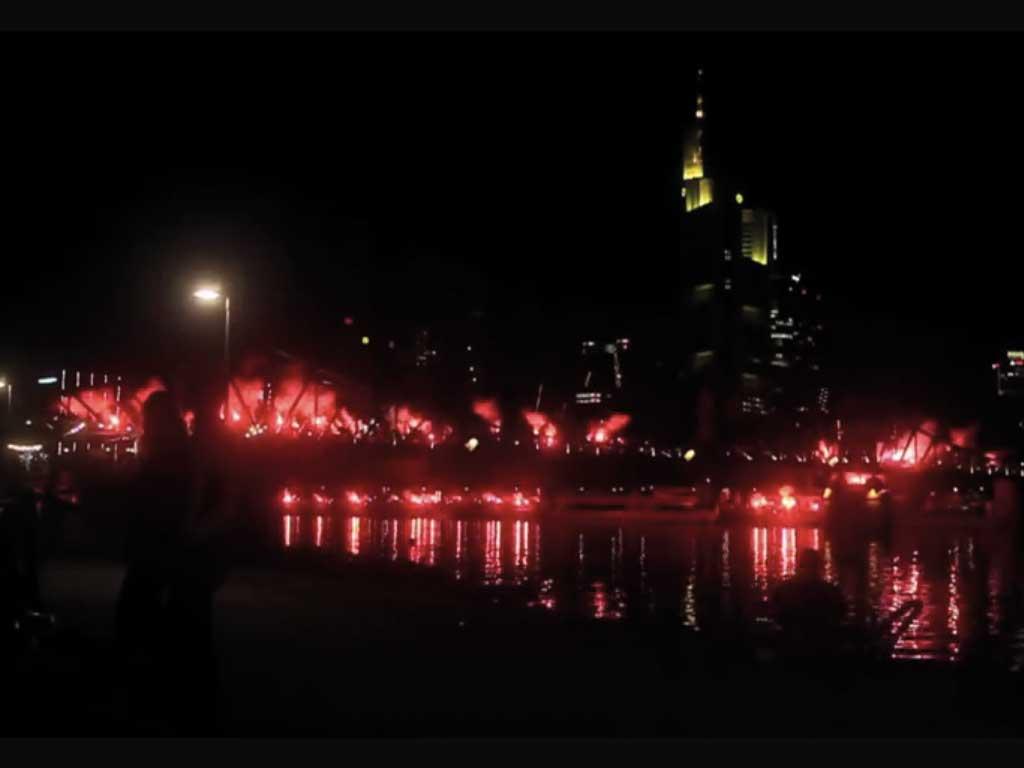 15 Jahre Ultras Frankfurt mit Bengalos am Eisernen Steg