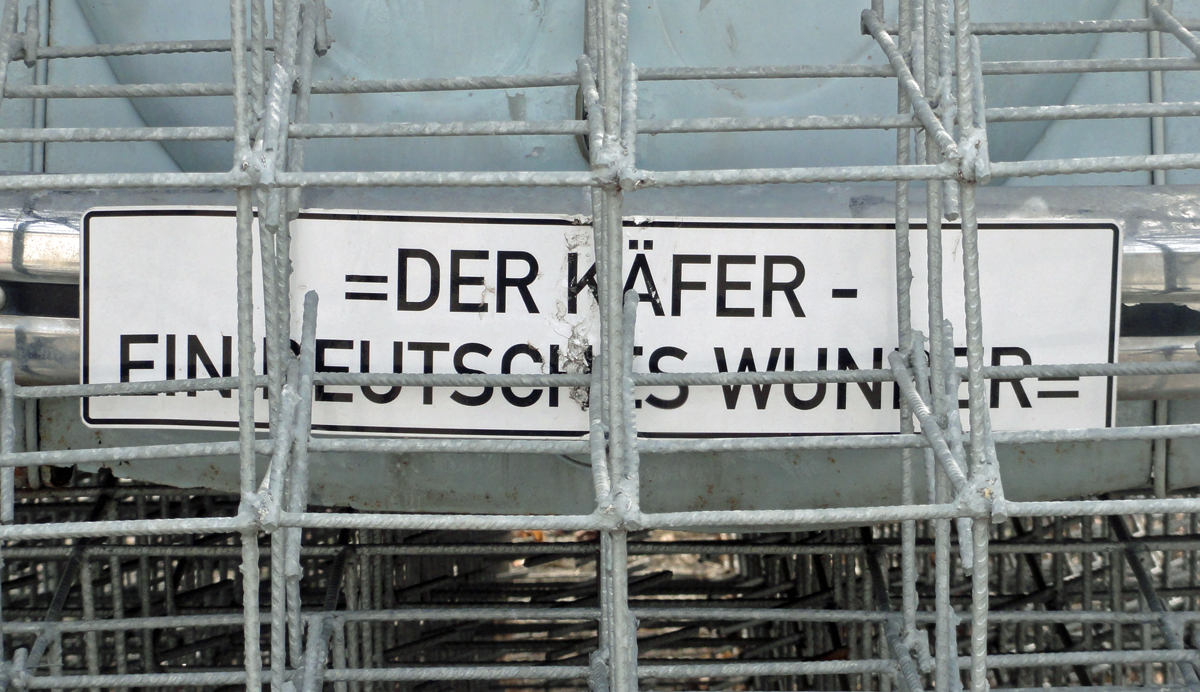 Car Culture im ZKM Karlsruhe mit VW Käfer hinter Gittern