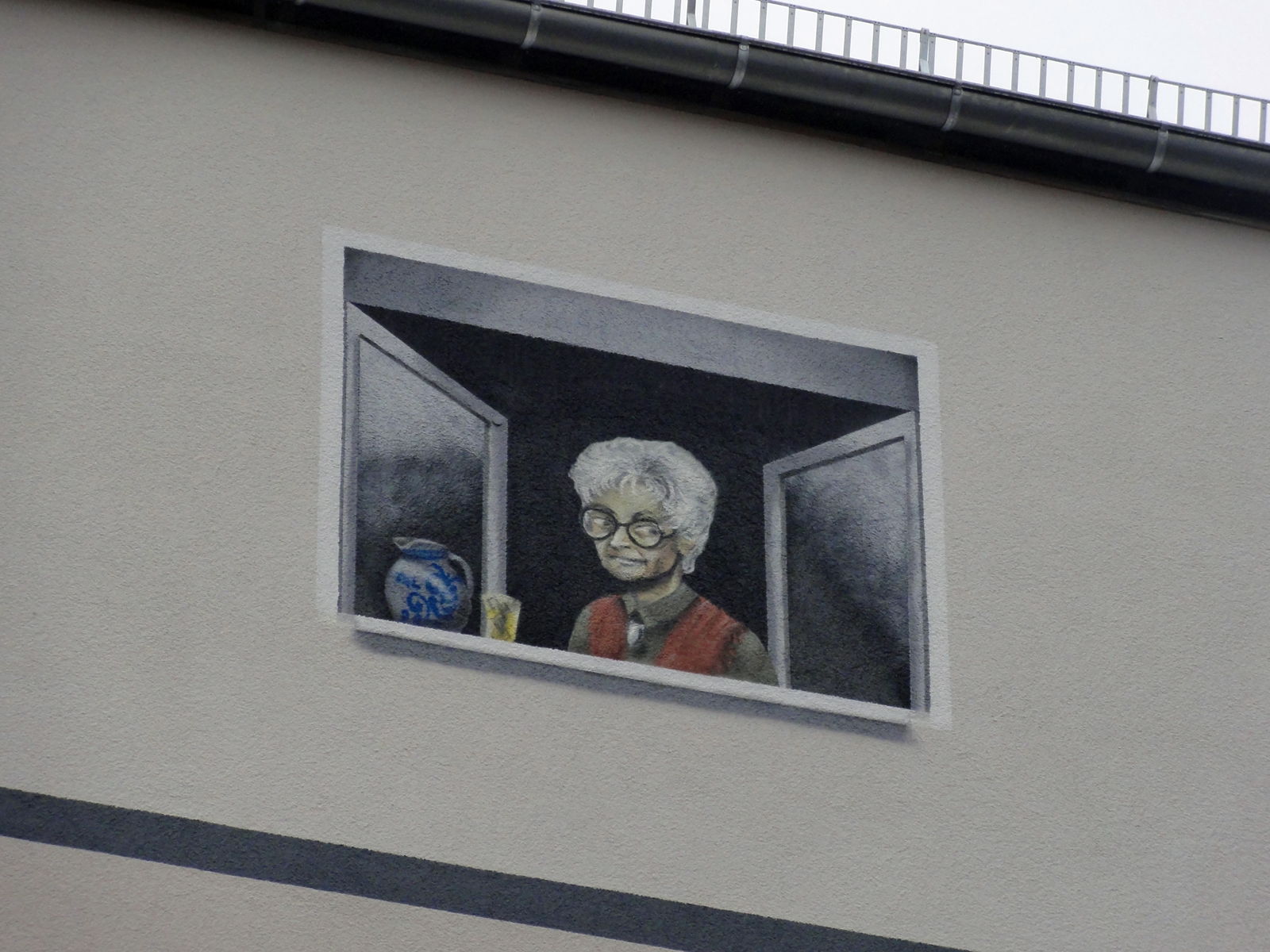Frau am Fenster mit Bembel und Geripptem am Merianplatz