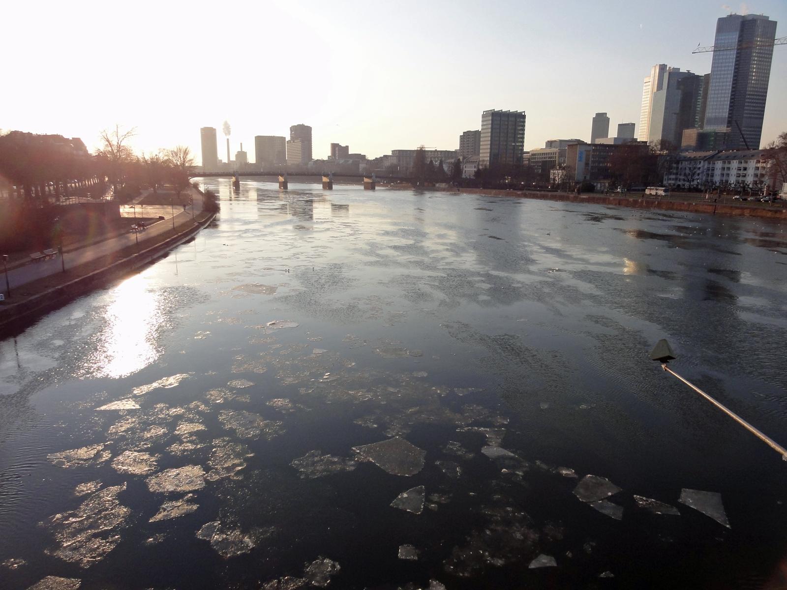 Eisschollen auf dem Main bei Frankfurt