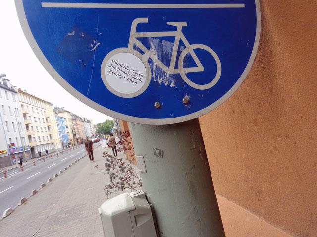 hornbrille-check-sticker-in-frankfurt