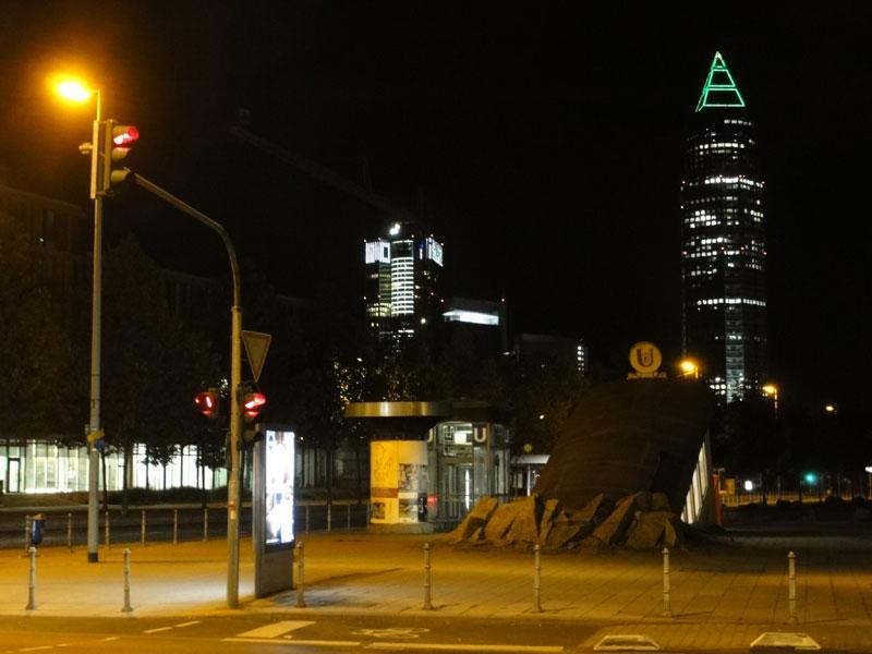 Pyramidenspitze des Messeturms in Frankfurt leuchtet grün