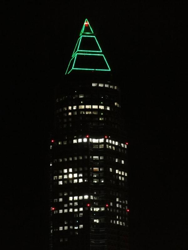 Messeturm in Frankfurt leuchtet grün