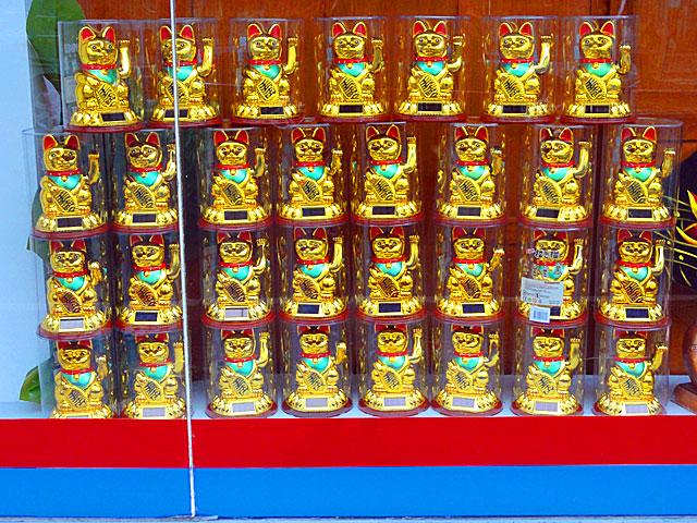 winkekatzen-im-schaufenster-vom-yuan-fa-asia-amrkt-in-frankfurt