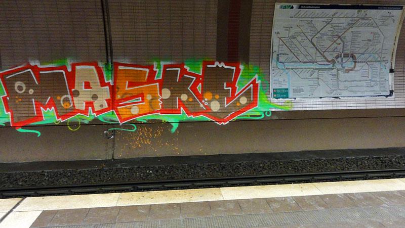 ostendstrasse-frankfurt-graffiti-maske-mit-fahrplan