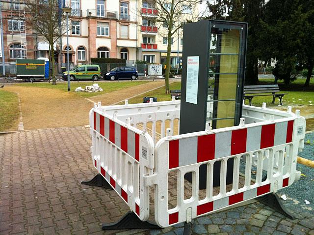 bücherschrank-am-parlamentsplatz-frankfurt