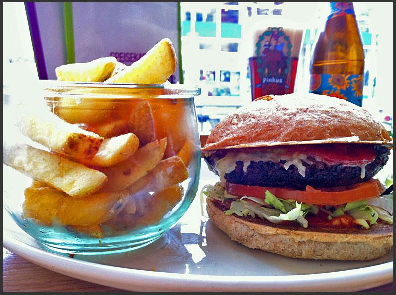 bulgur-spinat-burger-mit-pommes-frites-im-wiesenlust-in-frankfurt-auf-der-bergerstrasse