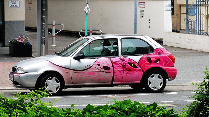 cityghosts-auto-mit-geister-in-pink-von-spot