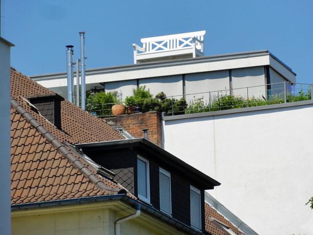 weiße-sitzbank-savignystraße-frankfurt