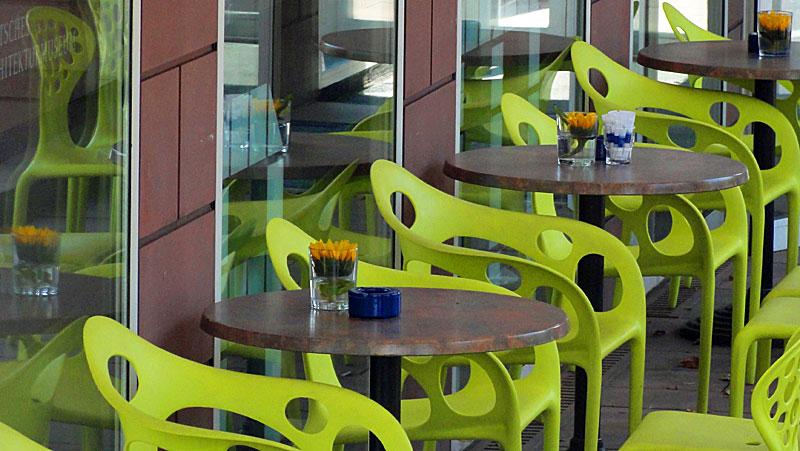 grüne-stühle-beim-deutschen-architekturmuseum-in-frankfurt