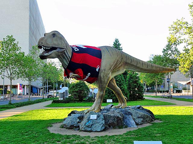 eintracht-frankfurt-trikot-dinosaurier-4-copyright-beachten
