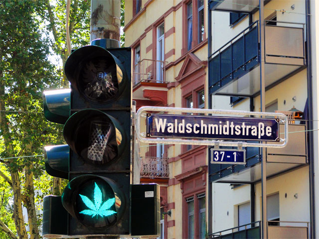 ampel-in-frankfurt-grün-phase-cannabis-copyright-beachten