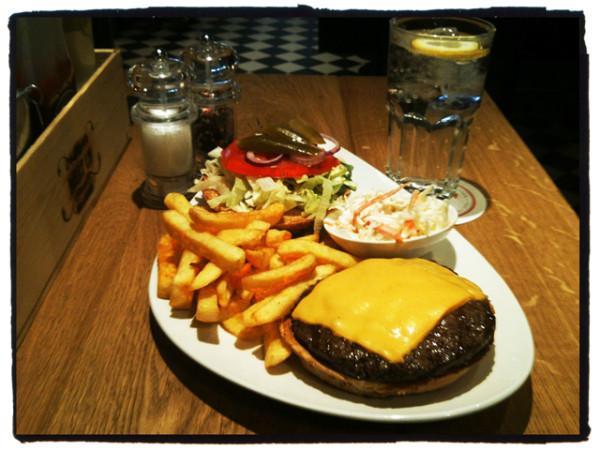 Burger-essen-bei-Meat-Us-in-Frankfurt