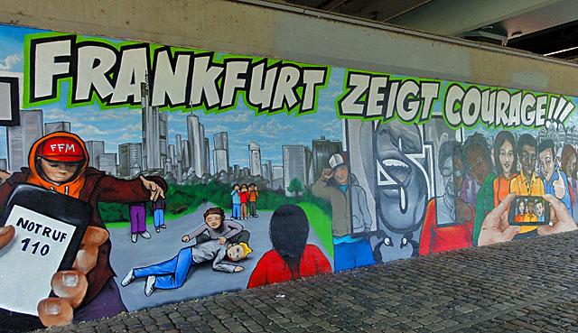 Mural an der Friedensbrücke in Frankfurt - Frankfurt zeigt Courage