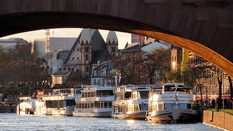 sonniger-herbsttag-am-mainufer-frankfurt-002