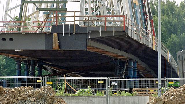 einschwimmen-der-osthafenbrücke-001