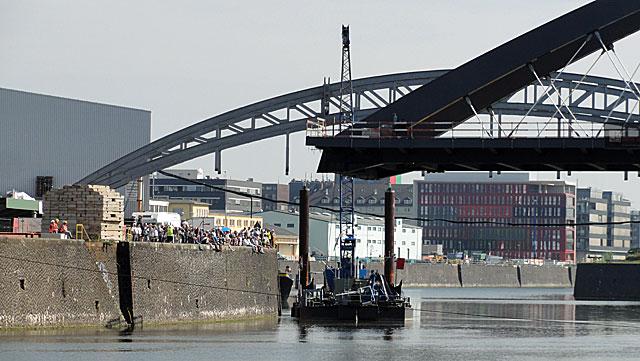 einschwimmen-der-osthafenbrücke-006