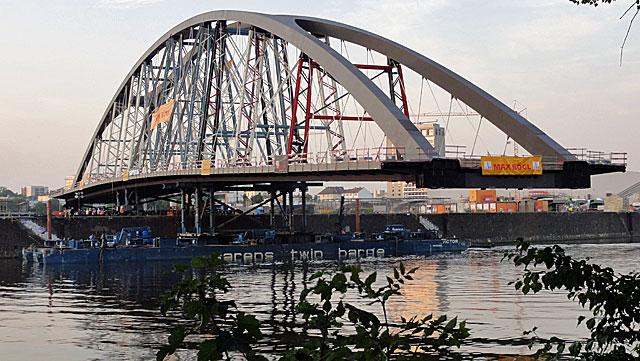 einschwimmen-der-osthafenbrücke-008
