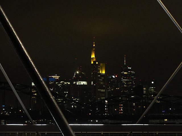 skyline-frankfurt-bei-nacht-von-der-osthafenbrücke