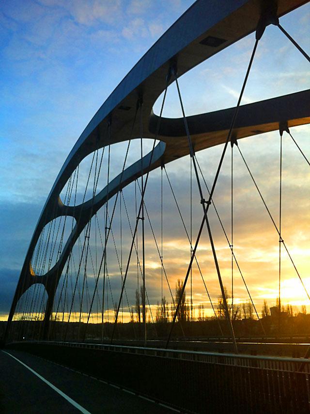sonnenuntergang-an-der-neuen-osthafenbrücke-in-frankfurt