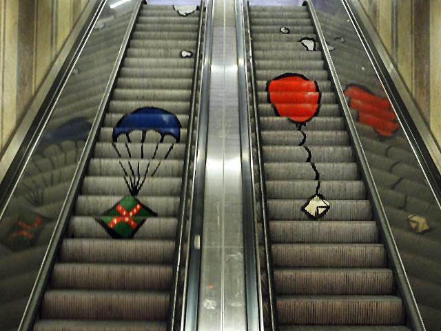 Treppen Frankfurt streetart auf der rolltreppe am lokalbahnhof in frankfurt stadtkind