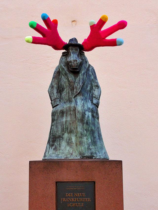 winterliches-elchgeweih-vor-dem-caricatura-museum-in-frankfurt-copyright-beachten