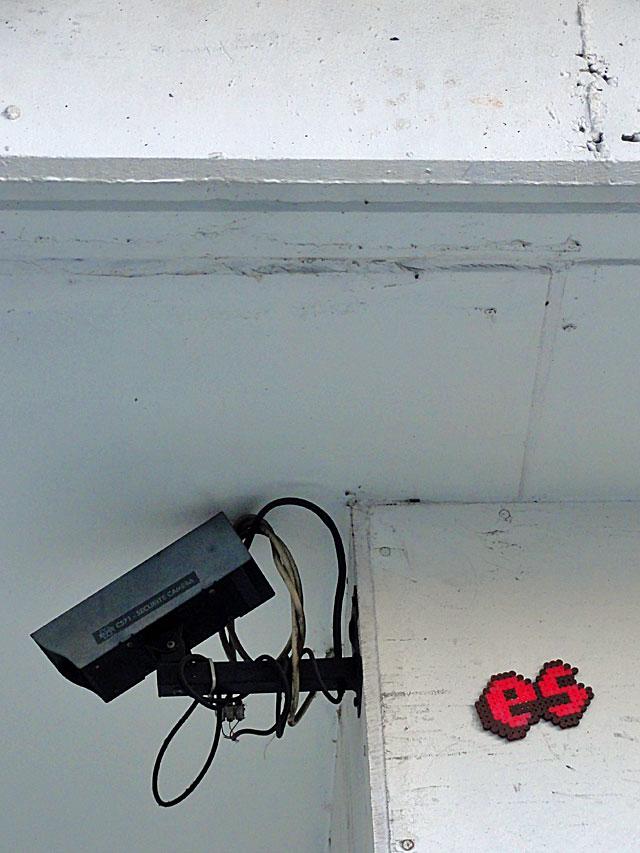 bügelperlen-streetart-frankfurt-überwachungskamera-es