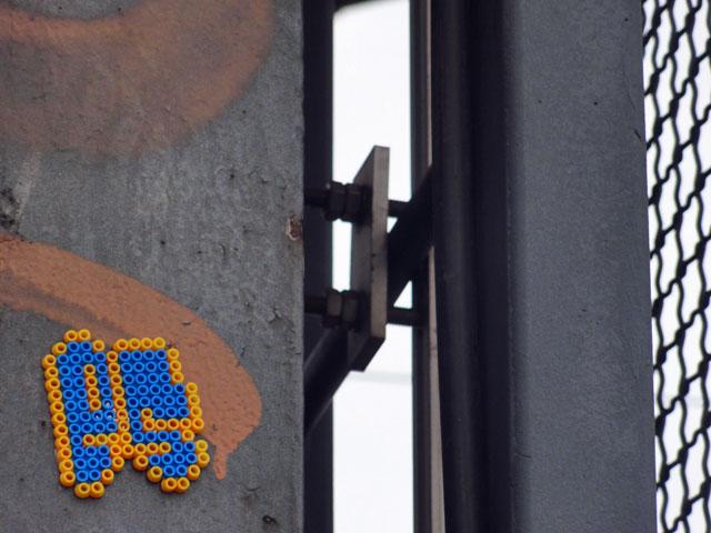 bügelperlen-streetart-frankfurt-es-schild