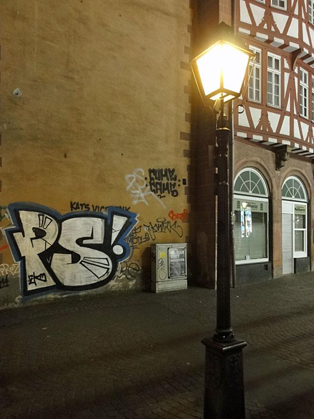 frankfurt-graffiti-ps-bei-nacht-am-roemerberg