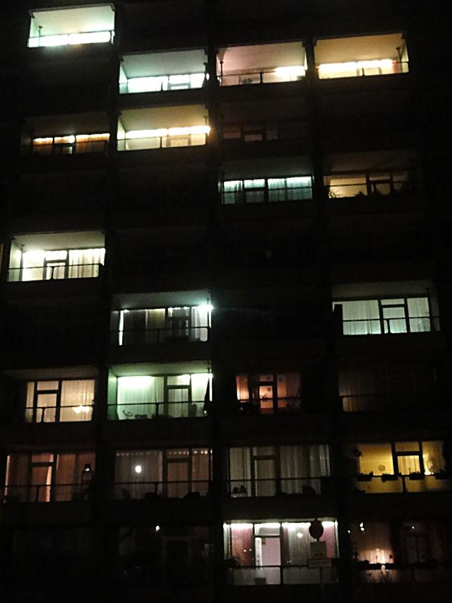 grünes-hochhaus-bei-nacht-frankfurt