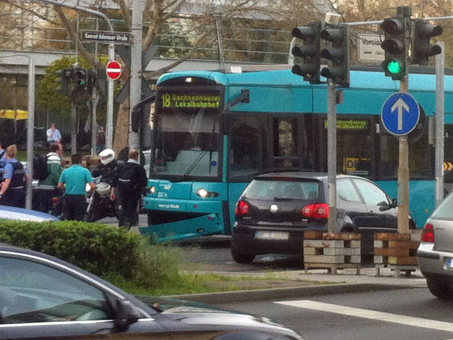 verkehrsunfall-in-frankfurt-friedberger-landstrasse-straßenbahn-mit-auto