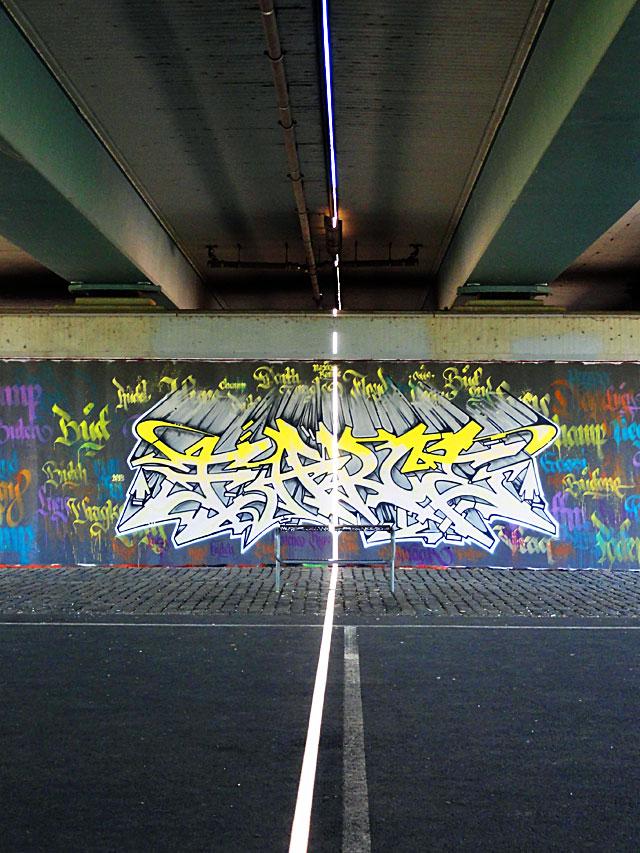 FRANKFURT-GRAFFITI-hunde-friedensbrücke-foto-14