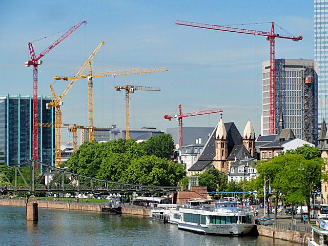 frankfurt-sykline-panorama-krane-am-main-1