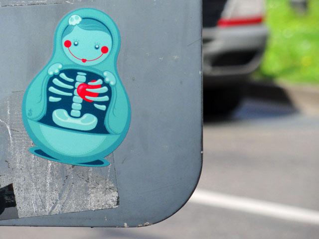 streetart-frankfurt-sticker-zhion-babushka-copyright-beachten