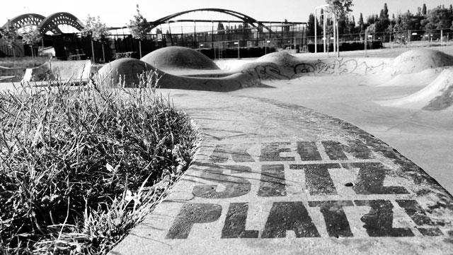 """Schwarz-weiss-Foto vom """"Concrete Jungle"""" beim Hafenpark in Frankfurt -Foto 03"""