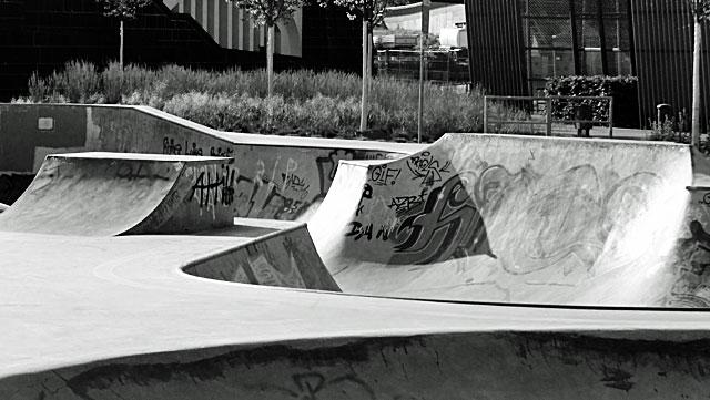 """Schwarz-weiss-Foto vom """"Concrete Jungle"""" beim Hafenpark in Frankfurt -Foto 08"""