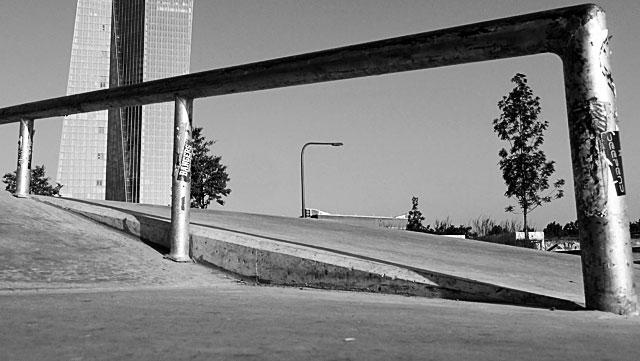 """Schwarz-weiss-Foto vom """"Concrete Jungle"""" beim Hafenpark in Frankfurt -Foto 02"""