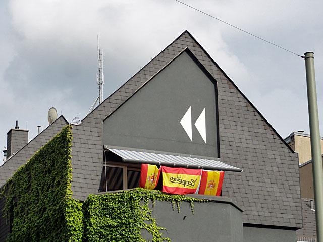 wm-2014-fahnen-in-frankfurt-drei-spanien-flaggen