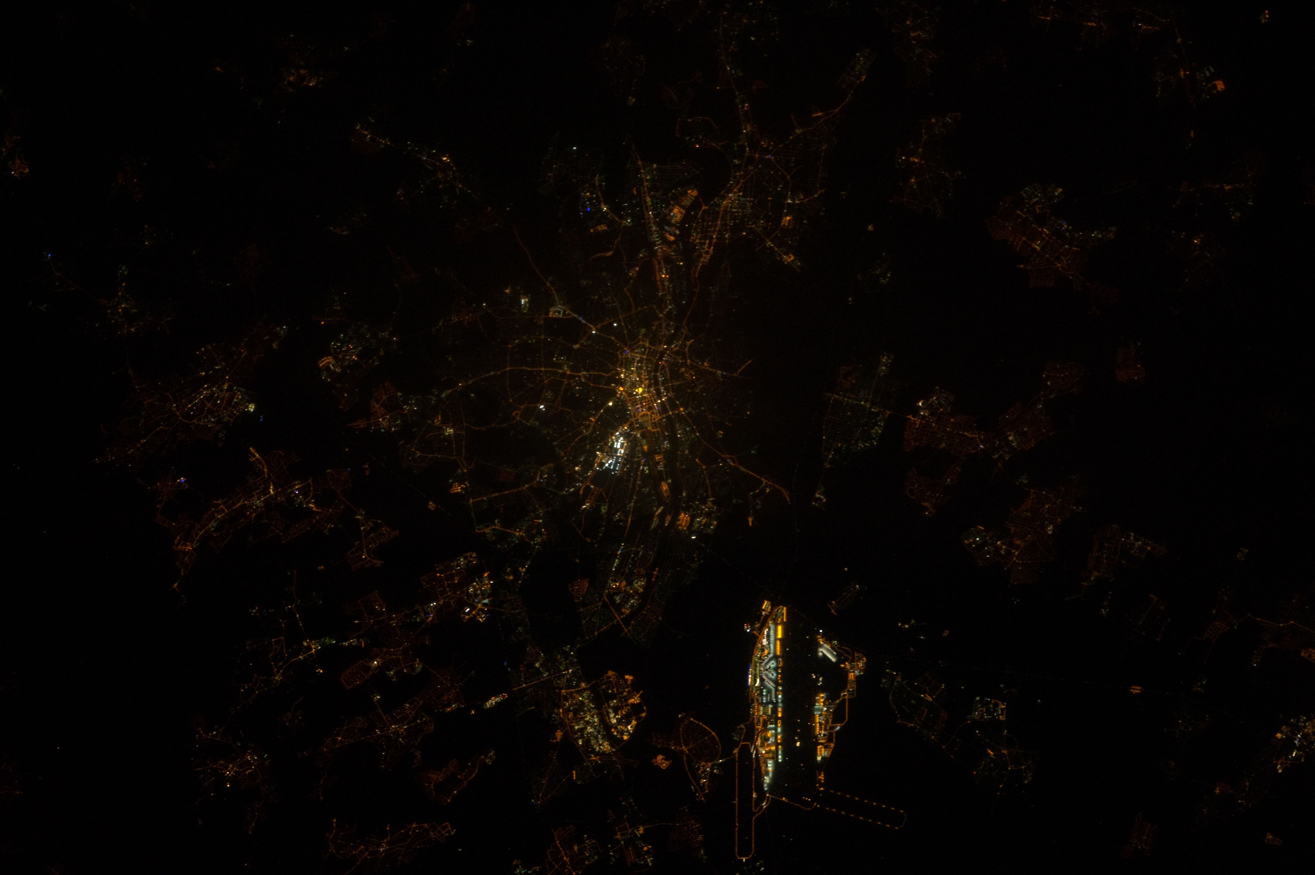 Frankfurt bei Nacht - ISS030-E-217472 - Image courtesy of the Earth Science and Remote Sensing Unit, NASA Johnson Space Center