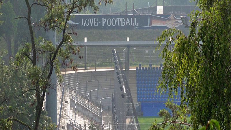 LOVE-FOOTBALL-HATE-RACISM-GRAFFITI-IN-FRANKFURT-FOTO-6