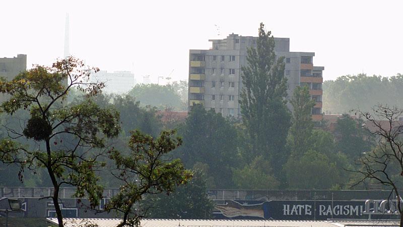 LOVE-FOOTBALL-HATE-RACISM-GRAFFITI-IN-FRANKFURT-FOTO-7