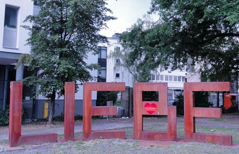 Kunst im öffentlichen Raum - Liebe-Skulptur in Frankfurt