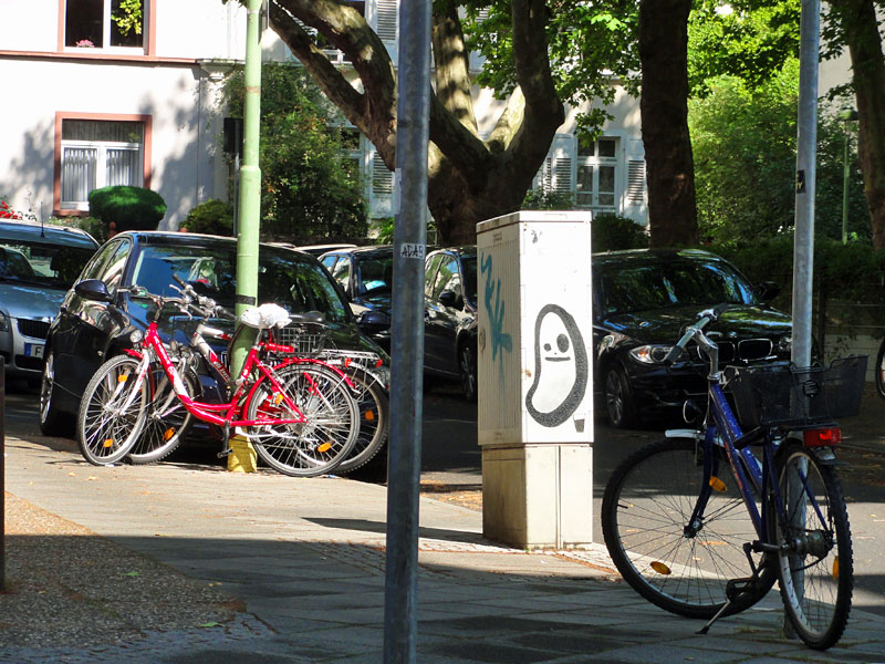 street-art-frankfurt-spot-cityghost-zwischen-autos-und-bikes