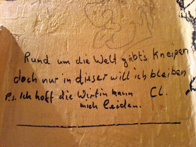WC-Spruch in Frankfurt: Rund um die Welt gibt's Kneipen, doch nur in dieser will ich bleiben.
