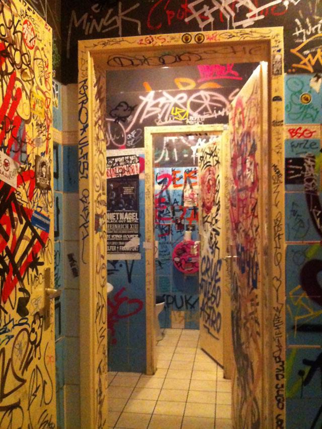 Tags in der Toilette bei der Frida