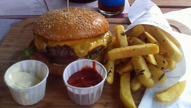 cheesburger-mit-pommes-bei-der-fette-bulle-in-frankfurt