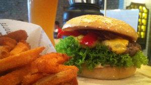 chili-cheesburger-mit-suesskartoffeln-bei-der-fette-bulle-in-frankfurt