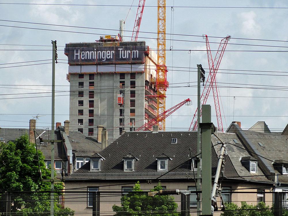 Der neue Henninger Turm jetzt mit Schriftzug