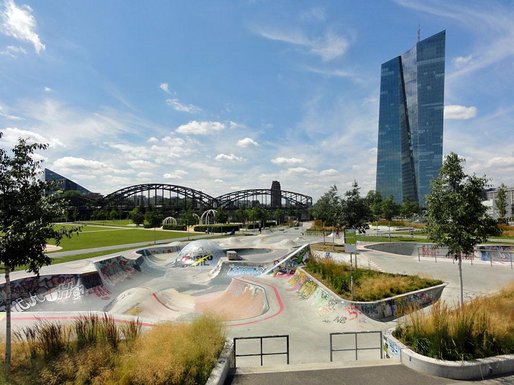 Concrete Bowl im Hafenpark in Frankfurt