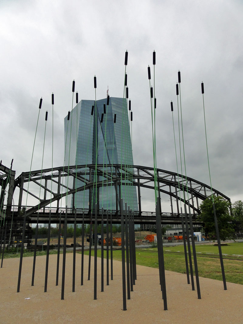 Hafenpark in Frankfurt, künstlerische Installation Riesenwindhalme